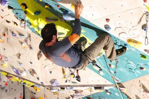 Wspinaczka na ściance czy skałkach – co lepsze do nauki wspinania?