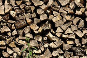 Suszymy drewno kominkowe – jak zrobić to ekspresowo